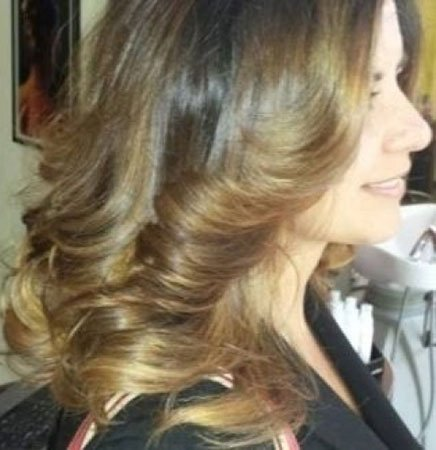 una donna con capelli castano chiaro