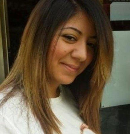 una ragazza con capelli lisci castani con meches bionde