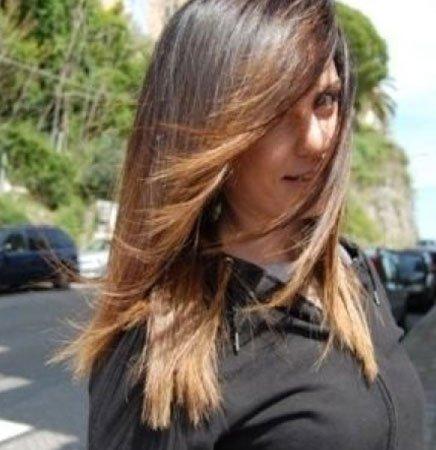 una donna con capelli lisci castani con meches bionde