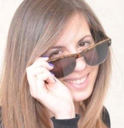 una ragazza con degli occhiali da sole