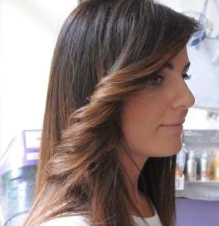una ragazza con capelli lunghi castani con delle meches