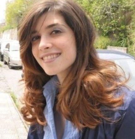 una ragazza con capelli lisci castani chiari