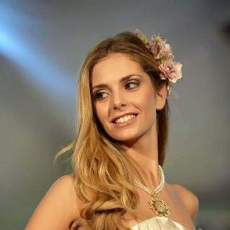 una ragazza con capelli biondi con delle rose