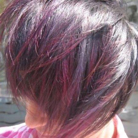 una donna con capelli corti neri con meches rosse