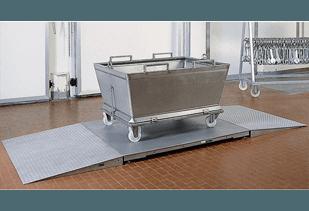vista interna di una stanza con bilancia a pavimento in acciaio inox
