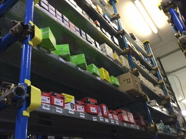 scaffale con prodotti di autoricambi