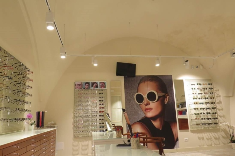vista laterale di un bancone di un negozio di ottica