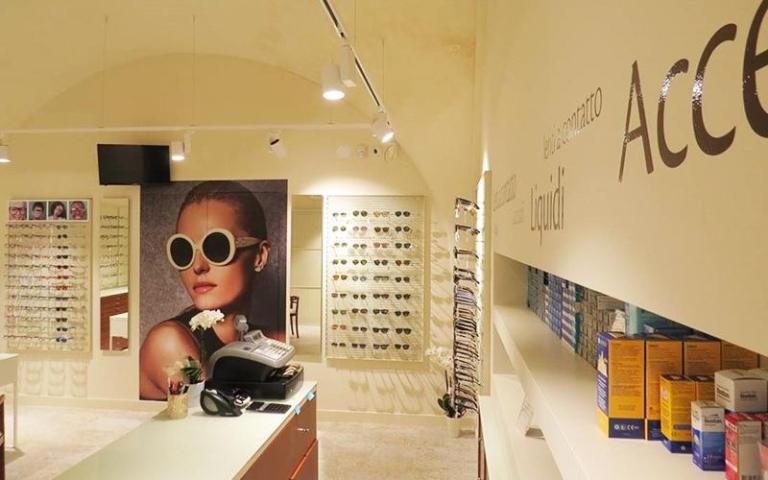 vista del negozio con poster di una modella con occhiali da sole