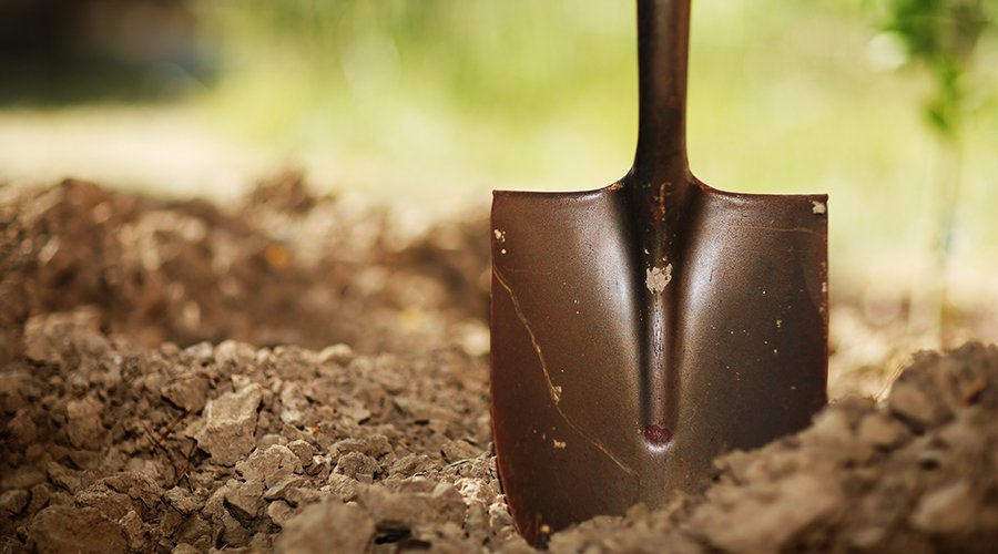 una pala da lavoro infilata nel terreno