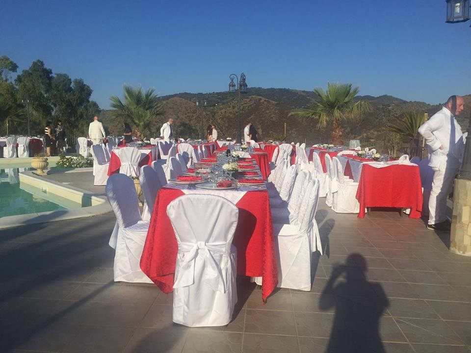 tavoli apparecchiati per un evento importante