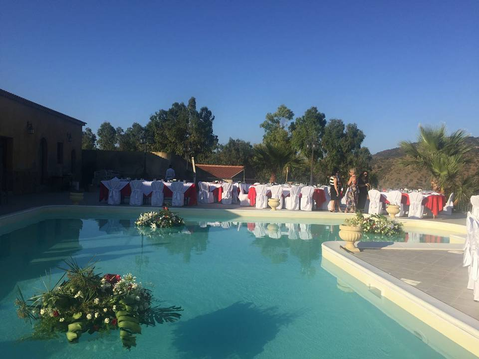 piscina con addobbi floreali e tavoli apparecchiati