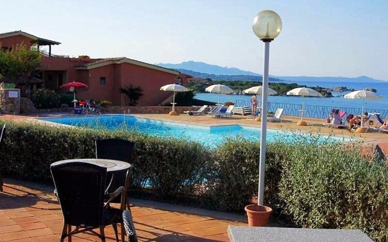 Bar con piscina