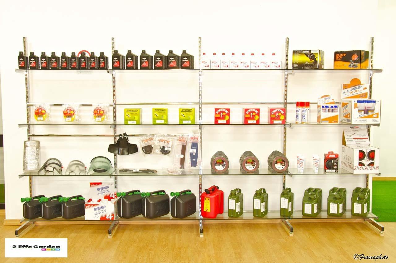 esposizione di prodotti per il giardinaggio