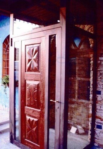 porta in metallo e legno