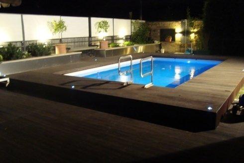 piscina interrata con pavimentazione in legno