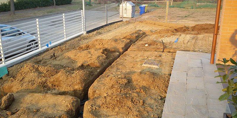 un terreno scavato per un impianto d'irrigazione
