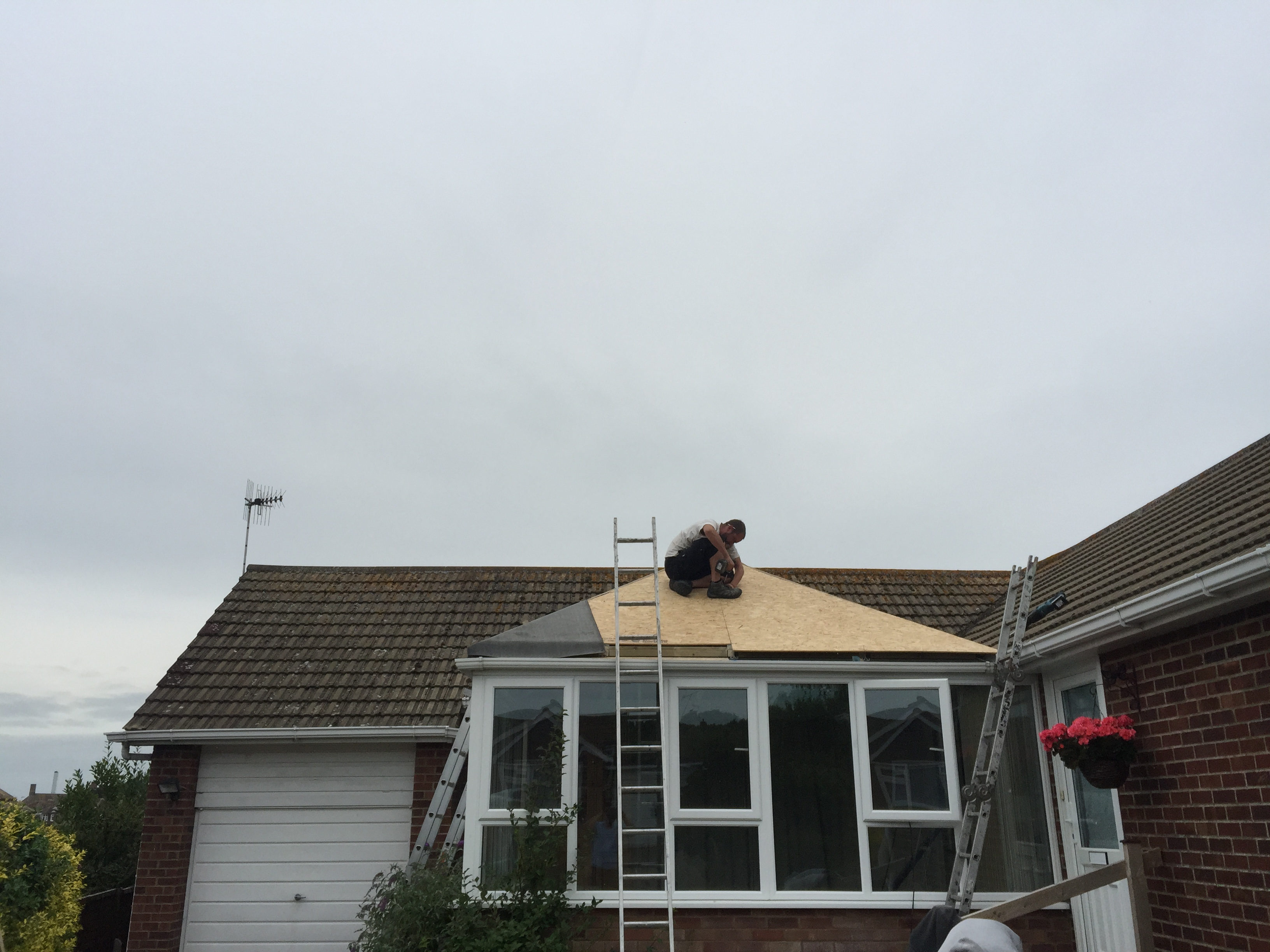 expert roofer at work