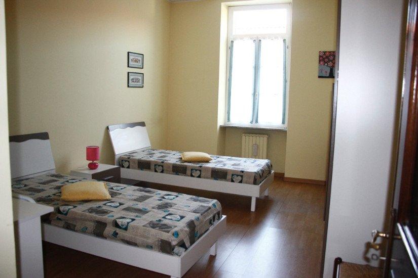 una camera con due letti singoli e vista della finestra