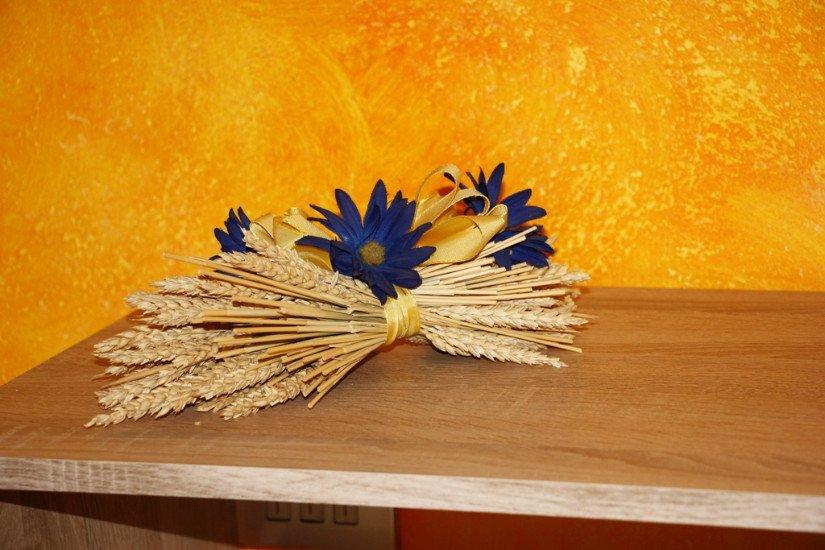 delle spighe avvolte da un nastro s fiori blu