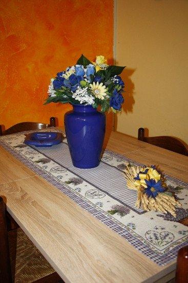 un vaso di fiori e delle spighe su un tavolo