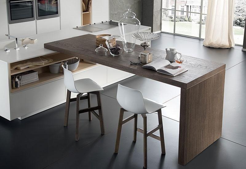 Tavolo tipo bancone con sgabelli