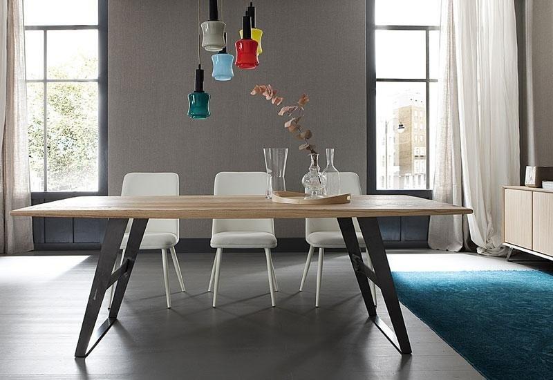 Tavolo con pianale in legno e gambe in ferro