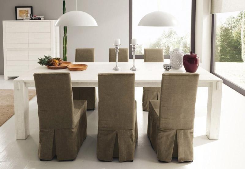 Tavolo con sedie rivestite