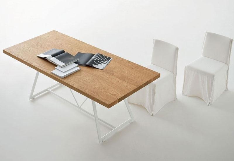 Tavolo con pianale in legno