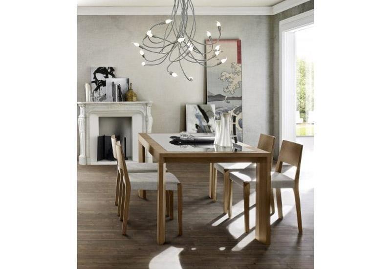 Tavolo con sedie da soggiorno