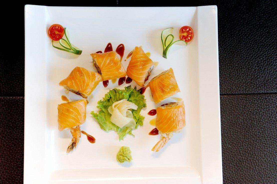 piatto creativo con roll giapponesi