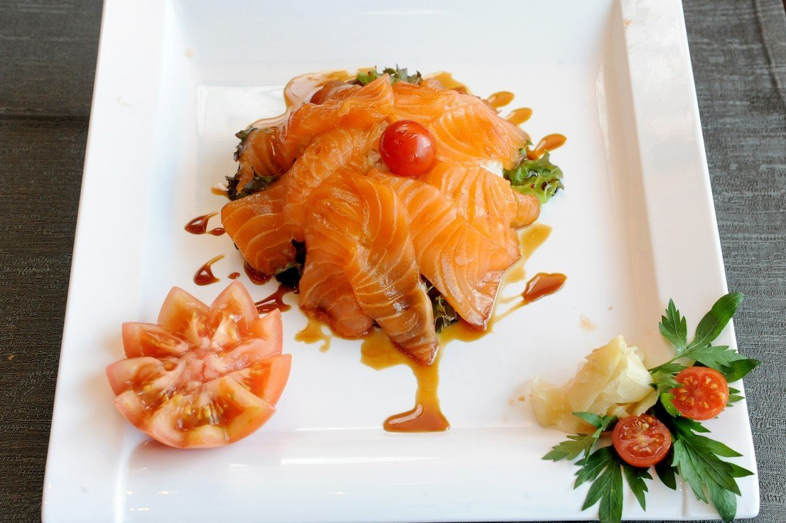 piatto con fettine di salmone crudo