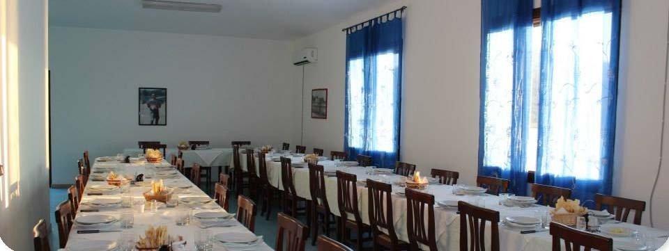 sala dl ristorante con lunghe tavolate