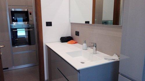 lavabo con specchio in un bagno