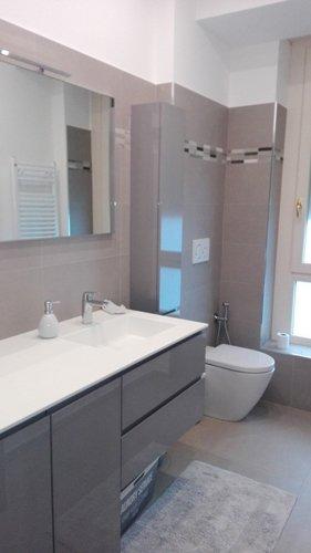 vista interna di bagno con lavabo e bide