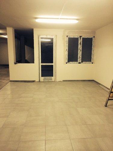 pavimento in marmo con parete gialla e lampadina in soffitto di una casa