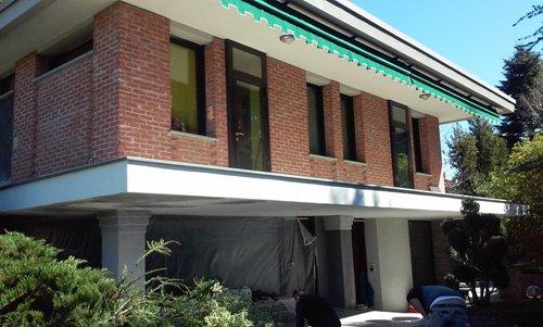 vista angolare di un edificio con porte esterni in vetro