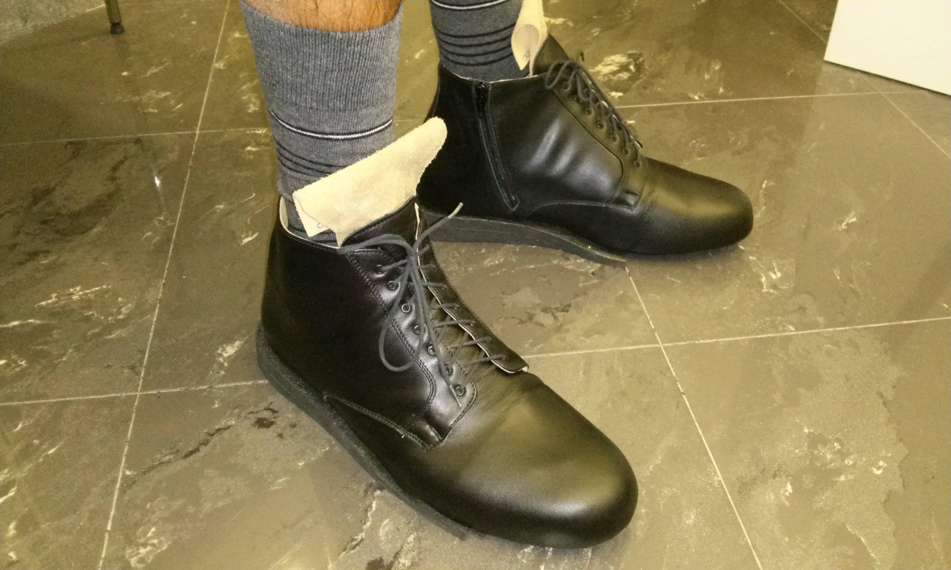 persona con addosso un paio di scarpe