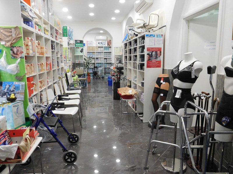 assortimento prodotti e calzature in un negozio