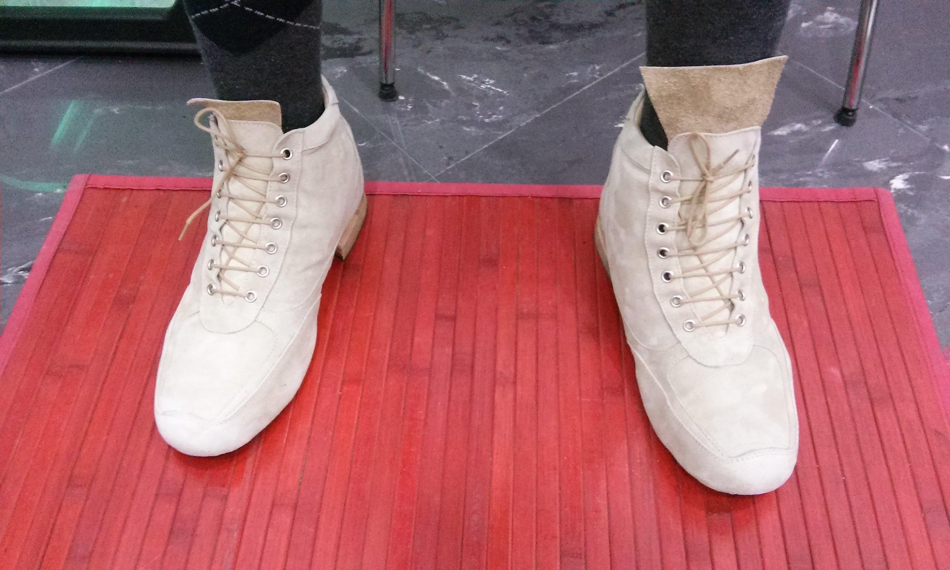persona con addosso un paio di scarpe bianche