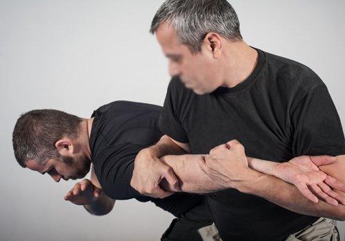 due persone mentre stanno facendo KRAV MAGA