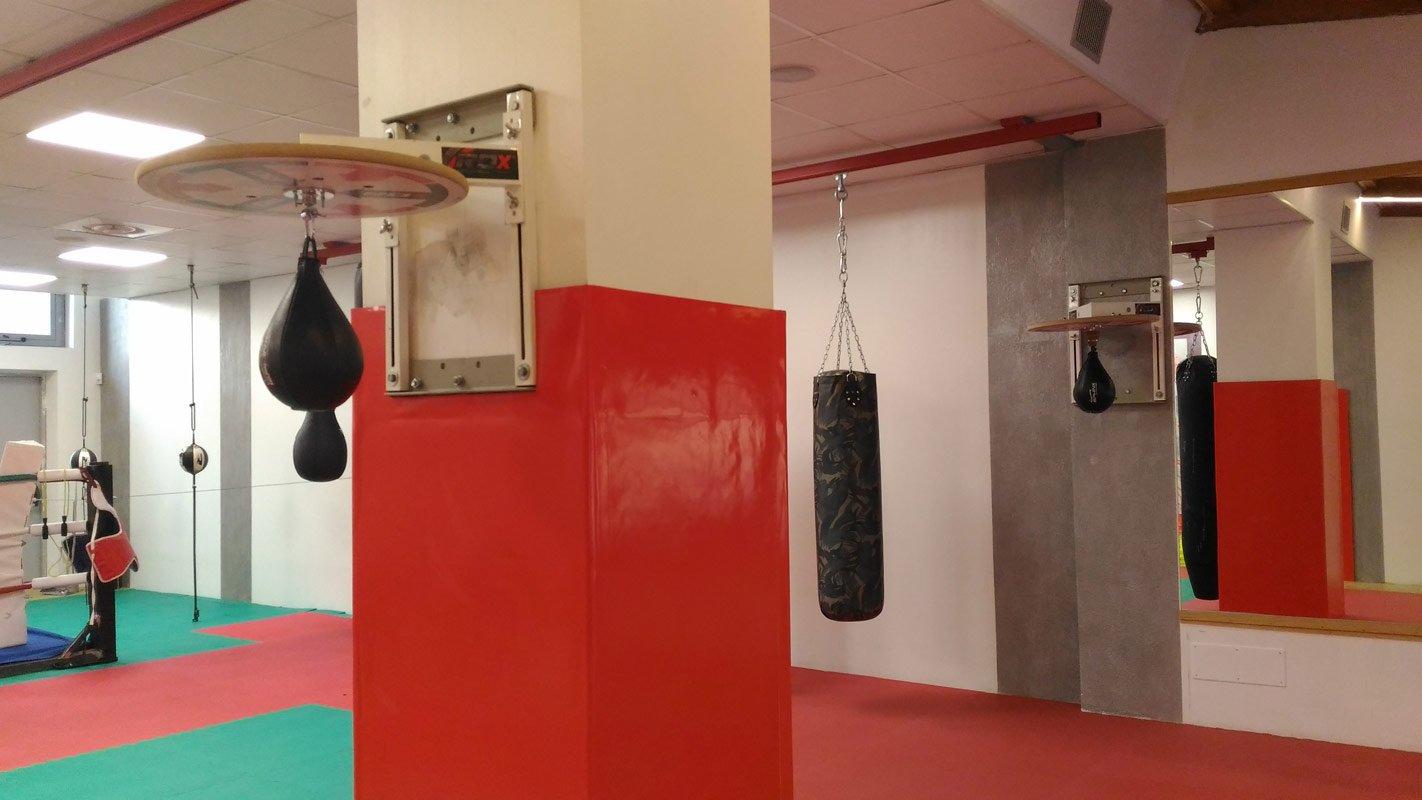 colonna di una palestra con sacchi da Kick Boxing