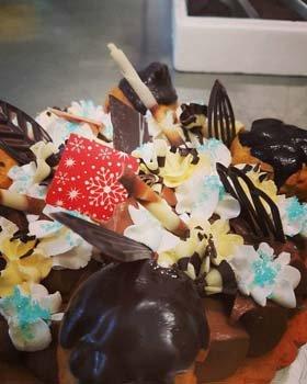 torta personalizzata con decorazioni e scaglie