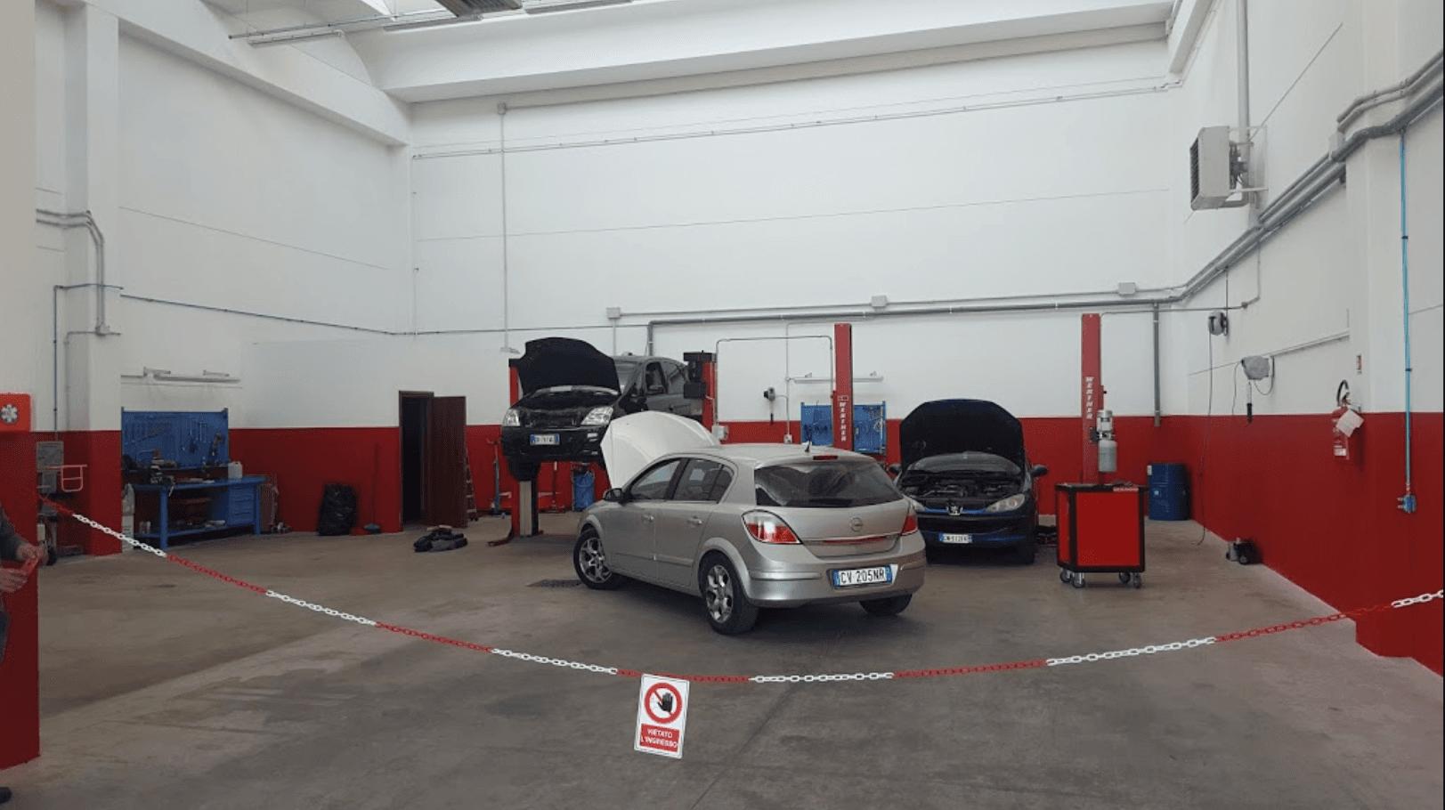 macchine in una autofficina