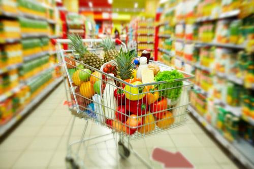 carrello pieno di spesa all`interno di un supermercato