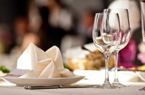 coperto con piatto e bicchieri