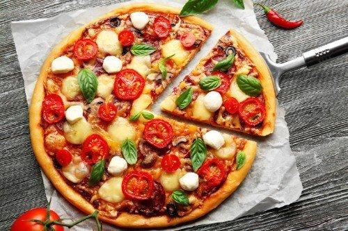 pizza con verdure e basilico