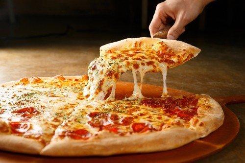 spicchio di pizza con formaggio filante