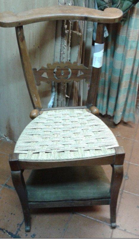 sedia in legno con seduta in paglia intracciata