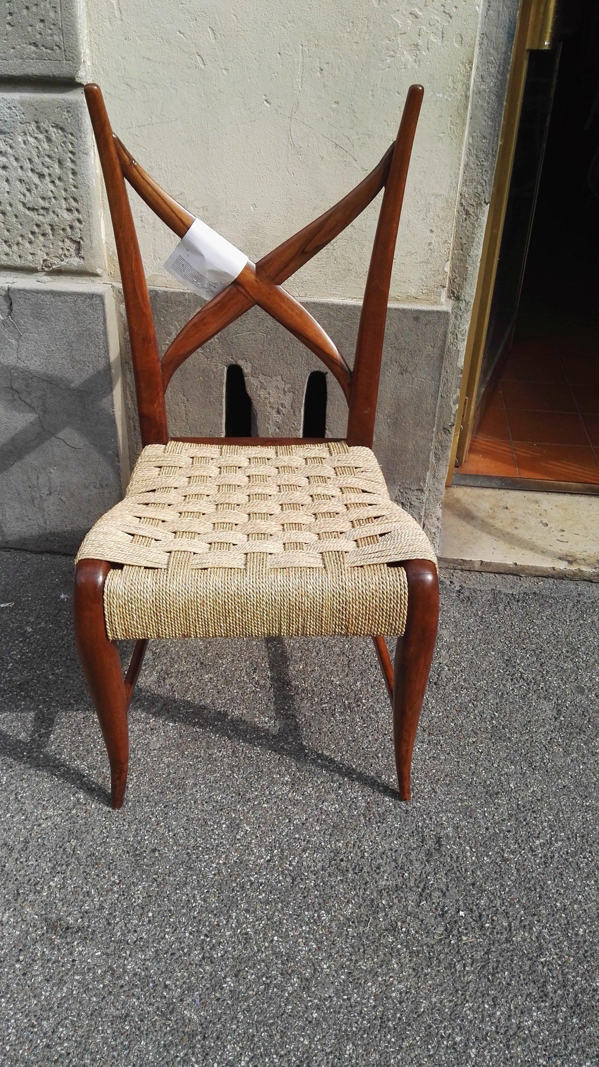 sedia con particolare schienale in legno e seduta in complesse trame di paglia intrecciata