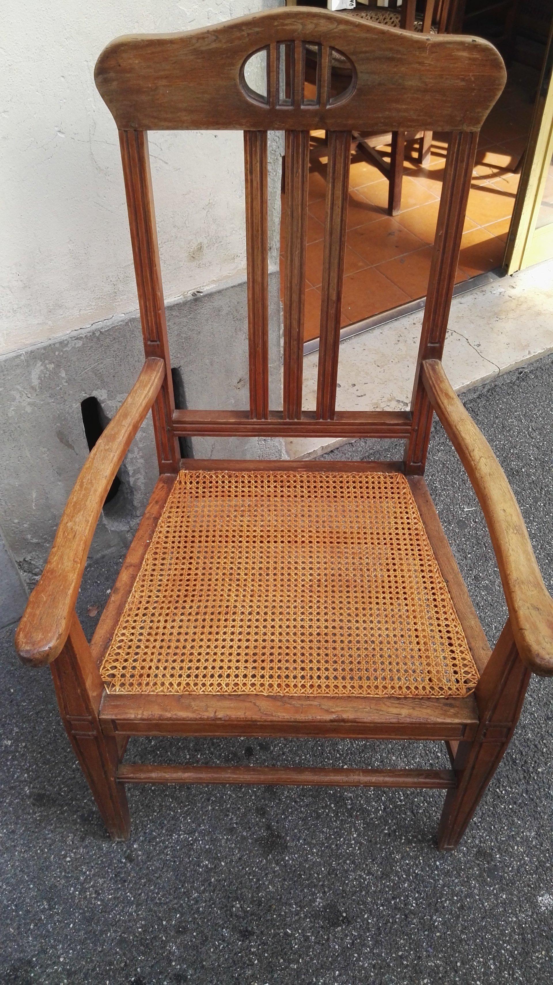 sedia con manici  e alto schienale in legno e seduta di paglia intrecciata